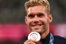 Le médaillé d'argent français Kevin Mayer célèbre sur le podium lors de la cérémonie de remise des médailles de l'épreuve du décathlon masculin lors des Jeux Olympiques de Tokyo 2020 au stade olympique de Tokyo le 6 août 2021.