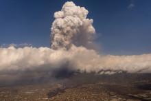 L'éruption du volcan Cumbre Vieja sur l'île de La Palma aux Canaries, le 25 septembre 2021, forçant l'évacuation de milliers de personnes.