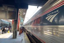 Des passagers marchent le long d'un train Amtrak à la gare Union à Washington, DC, le 18 juillet 2021.