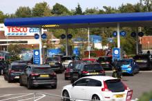 Des voitures faisant la queue pour faire le plein dans une station-service Tesco à Camberley, à l'ouest de Londres, le 26 septembre 2021.