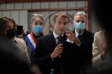 Emmanuel Macron lors de sa visite dans un refuge à Gray en Haute-Saône.