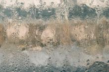 Des traces d'humidité sur une fenêtre (image d'illustration)