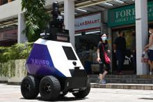 Singapour expérimente des robots-patrouilleurs pour mettre les habitants à l'index lorsqu'ils ne respectent pas les règles