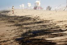 Du pétrole sur la plage de Huntington Beach, en Californie, le 3 octobre 2021