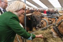 Marine Le Pen au sommet de l'élevage de Cournon-d'Auvergne, le 7 octobre 2021