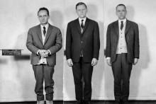 Photo datant du 21 janvier 1964, des faux monnayeurs Czeslaw Bojarski (à gauche) et de ses complices, Alexis Chouvaloff (au centre) et Antoine Dowgierd (à droite) lors de leur arrestation.