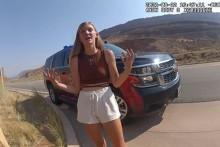 Gabrielle Petito en train de parler avec la police après une altercation avec son petit ami, Brian Laundrie, 12 août 2021 dans l'Utah.