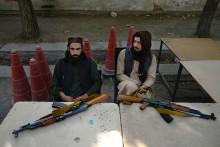 Des combattants talibans devant le bureau des passeports après l'annonce de la réouverture des demandes de passeport, à Kaboul le 6 octobre 2021.