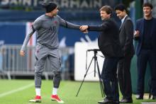 Kylian Mbappé salue le directeur sportif du PSG Leonardo au côté de Nasser Al-Khelaifi lors d'une séance d'entraînement au Camp des Loges à Saint-Germain-en-Laye le 27 septembre 2021.