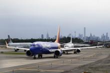 Des avions en attente à l'aéroport LaGuardia de New York le 4 juillet 2018.