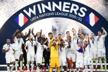 Hugo Lloris soulève le trophée de la Ligue des Nations le 10 octobre 2021 à MIlan