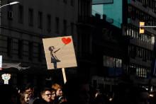 """Une pancarte reprenant le motif de """"La Fille au Ballon"""" de Banksy"""