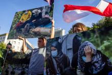Des manifestants devant le parlement polonais, opposés à l'état d'urgence décrété à la frontière