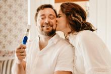 Un couple avec un test de grossesse (image d'illustration)