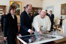 Le maillot de Lionel Messi offert par Jean Castex au Pape.