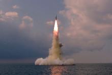 Cette photo prise le 19 octobre 2021 et publiée par l'agence de presse centrale coréenne officielle de Corée du Nord (KCNA) le 20 octobre 2021 montre le tir d'essai d'un nouveau type de missile balistique lancé depuis un sous-marin