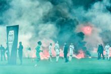 Des fumigènes envoyés par les supporters avant le match Saint-Étienne-Angers le 22 octobre 2021