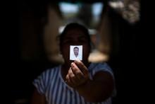 Une femme péruvienne brandissant la photo de son père, mort du coronavirus