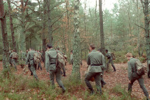 1 décembre 1988 à Fontainebleau, de gendarmes et militaires lors des recherches suite à la disparition de Gilles Naudet et Anne-Sophie Vandamme, et dont les corps furent retrouvés dans le massif des Trois pignons, tués par balle, le 10 janvier 1989.
