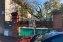 Le portail de la maison du retraité toulousain squattée pour la troisième fois