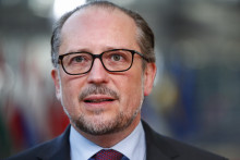Le chancelier autrichien Alexander Schallenberg s'adresse aux représentants des médias à son arrivée au deuxième jour d'un sommet de l'Union européenne (UE) au bâtiment du Conseil européen à Bruxelles, le 22 octobre 2021.