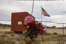 """Des fleurs déposées devant l'entrée de la zone de tournage du film """"Rust"""", en hommage à Halyna Hutchins, tuée accidentellement par Alec Baldwin la semaine dernière"""