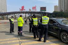 Des policiers chinois testant un conducteur à Lanzhou, dans le centre de la Chine, le 26 octobre 2021