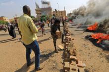 Des manifestants soudanais dans la capitale Khartoum, pour dénoncer les détentions nocturnes par l'armée de membres du gouvernement soudanais, le 25 octobre 2021.