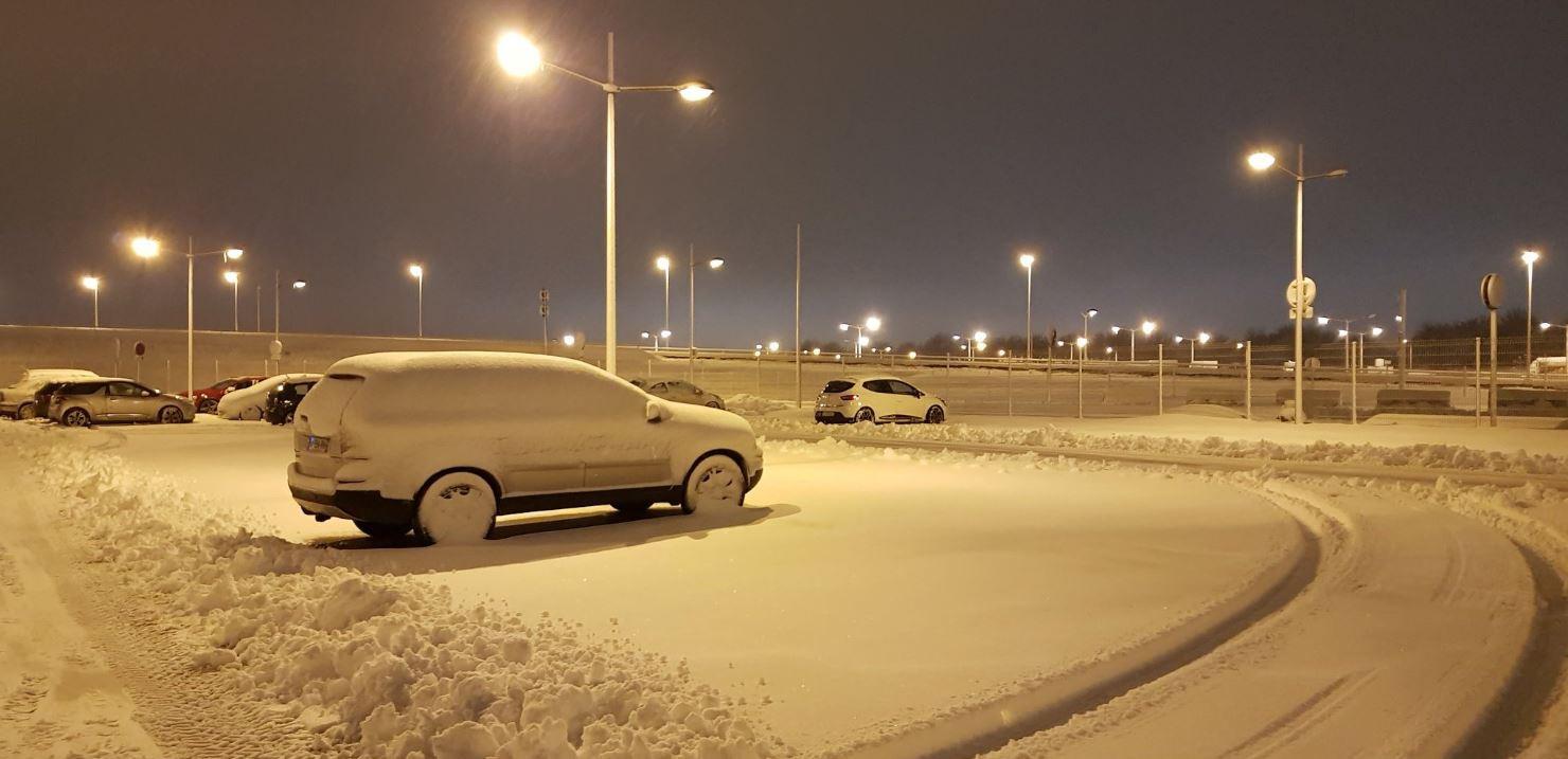 Une voiture recouverte de neige (illustration)