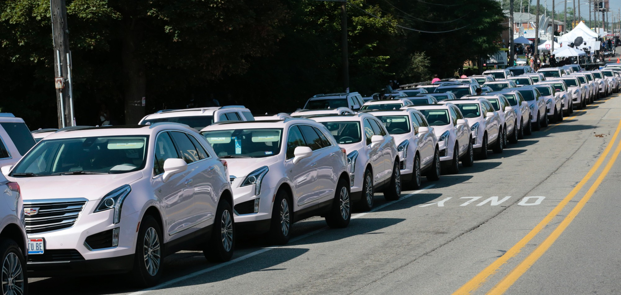 """De nombreuses Cadillac roses, clin d'œil à son tube """"Freeway of Love"""", ont suivi le corbillard jusqu'au cimetière."""