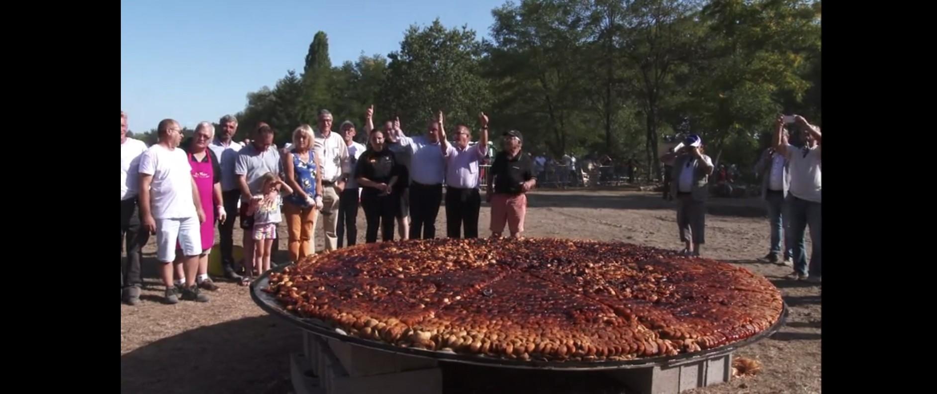 Pour le 120ème anniversaire de la création de la tarte tatin, des volontaires de Lamotte-Beuvron ont battu le record mondial du plus gros dessert de cette sorte.
