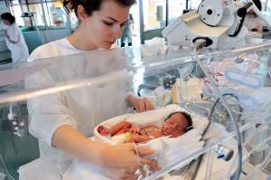 Une infirmière s'occupe d'un bébé prématuré, dans un hôpital de Lens, le 4 décembre 2013.