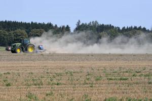 Agriculteur dans un champ (illustration).