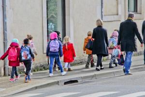 Des écoliers sur le chemin de l'école en France (illustration)