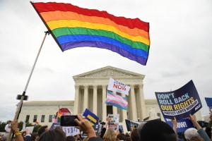 Des manifestants pour les droits des LGBT devant la Cour suprême des États-Unis à Washington en octobre 2019