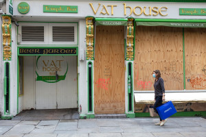 Une femme devant un bar fermé de Dublin le  21 octobre 2020.