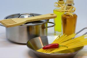 Des pâtes prêtes à être cuisinées dans une seule marmite (Image d'illustration).