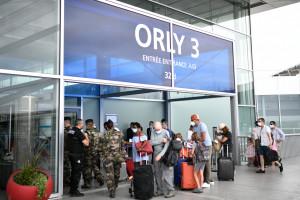 Des voyageurs masqués à l'aéroport d'Orly le 1er août 2020 (Image d'illustration).