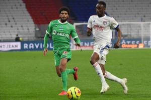Le Lyonnais Tino Kadewere devant le Stéphanois Mahdi Camara le 8 novembre 2020 à Décines-Charpieu