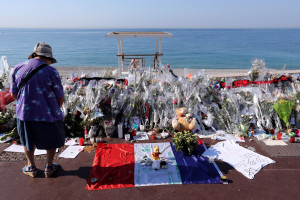 Une personne se recueillant sur la promenade des Anglais à Nice