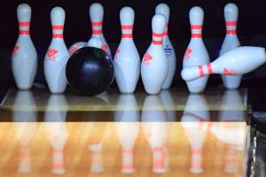 Des quilles sur une piste de bowling.