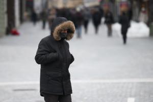 Un homme se protège du froid (illustration)