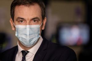 Le ministre français de la Santé, Olivier Véran, lors d'une visite d'un centre logistique pour la distribution du vaccin contre le coronavirus à Chanteloup-en-Brie, le 22 décembre 2020.