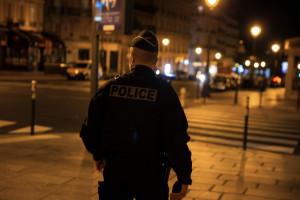 Un policier qui patrouille pendant le couvre-feu (illustration)