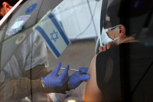 Une personne âgée israélienne reçoit, dans une voiture, sa seconde dose de vaccin Pfizer, à Haïfa, le 11 janvier 2021.