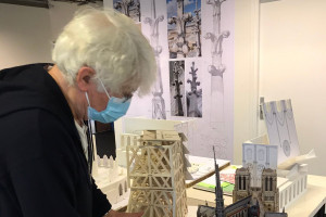 """Jean-Jacques Annaud et les maquettes du décor de """"Notre Dame brûle"""""""