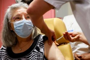 Mauricette, française de 78 ans, reçoit une dose du vaccin Pfizer-BioNTech contre le coronavirus à l'hôpital René-Muret de Sevran, le 27 décembre 2020.