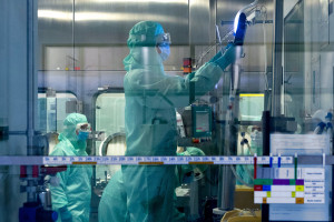 Un technicien travaille dans le centre de distribution mondial du laboratoire pharmaceutique Sanofi à Val-de-Reuil, le 10 juillet 2020.