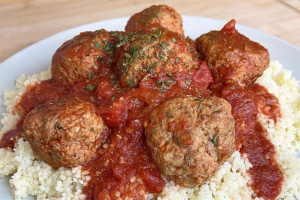 Des boulettes de viande en sauce tomate.