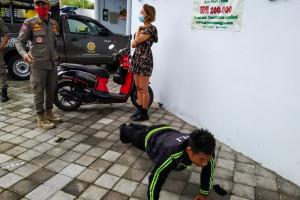 À Bali, les touristes qui ne portent pas de masque sont contraints à faire des pompes.